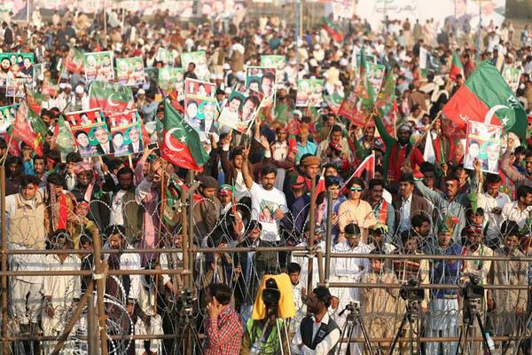 لودھراں: چیئرمین تحریک انصاف ایک بڑے عوامی اجتماع کے موقع پر فتح کا نشان بنا رہے ہیں