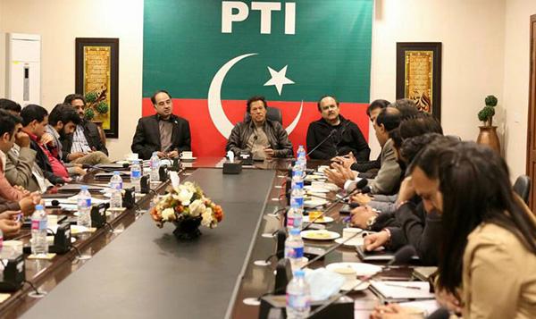 اسلام آباد، پاکستان تحریک انصاف کے سربرا ہ عمران خان صحافیوں سے گفتگو کر رہے ہیں