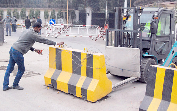 لاہور، سپریم کورٹ کے حکم پر گورنر ہاﺅس کے باہر سے لفٹر کے ذریعے رکاوٹیں ہٹائی جا رہی ہیں