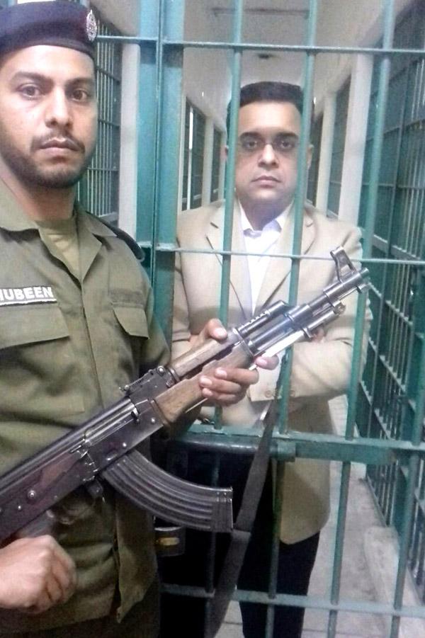 لاہور، آشیانہ ہاﺅسنگ اسکیم کے سابق ڈی جی ایل ڈی اے احد چیمہ گرفتاری کے بعد نیب حوالات میں