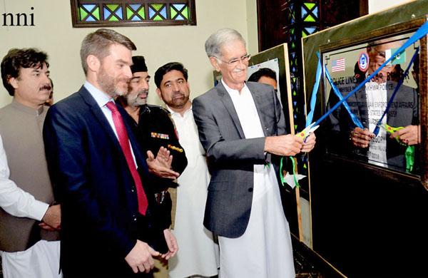 پشاور ، وزیر اعلیٰ خیبر پختونخوا پرویز خٹک نو تعمیر شدہ پولیس لائنز کا افتتاح کر رہے ہیں