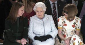 ملکہ برطانیہ نے پہلی بار لندن فیشن ویک میں شرکت کرکے سب کوحیران کردیا