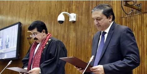 اسلام آباد، منتخب چیئرمین سینٹ محمد صادق سنجرانی نو منتخب ڈپٹی چیئرمین سلیم مانڈوی والا سے عہدے کا حلف لے رہے ہیں