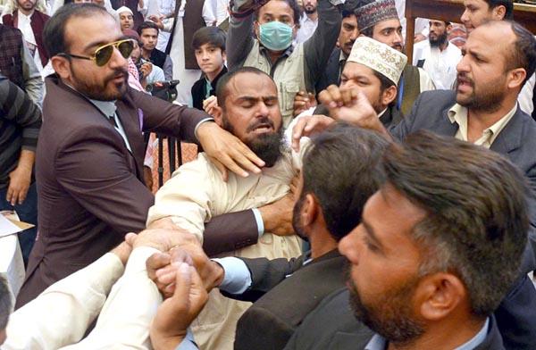 لاہور،جامعہ نعیمیہ میں نواز شریف پر جوتا پھینکنے والے شخص کو انتظامیہ کے لوگ گرفتار کرکے لے جا رہے ہیں