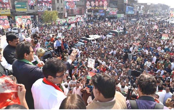 فیصل آباد، پاکستان تحریک انصاف کے سربراہ عمران خان ایک بڑے جلسہ عام سے خطاب کر رہے ہیں
