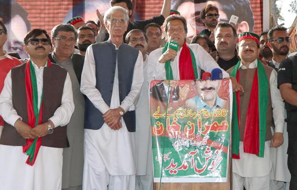 ایبٹ آباد، چیئرمین پی ٹی آئی عمران خان عوامی اجتماع سے خطاب کررہے ہیں ، وزیراعلیٰ خیبرپختونخوا پرویز خٹک بھی موجود ہیں
