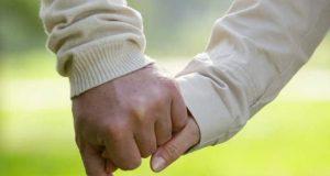 بیمار کا ہاتھ تھامنے سے درد کم ہوجاتا ہے، تحقیق