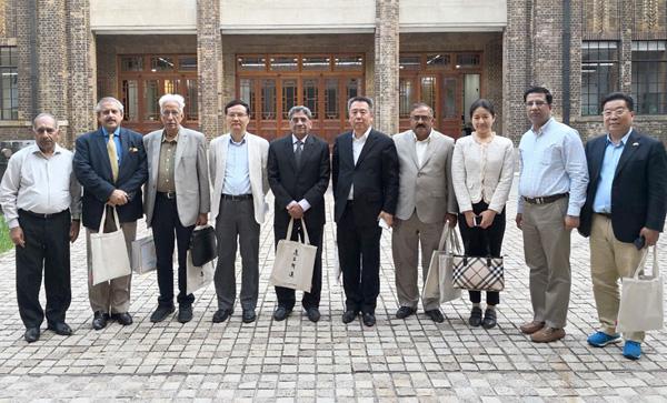 شنگھائی:۔ پاکستان سے گئے خیر سگالی وفد کے اراکین کا شنگھائی یونائیٹڈ میڈیا گروپ کے اراکین کے ساتھ گروپ فوٹو
