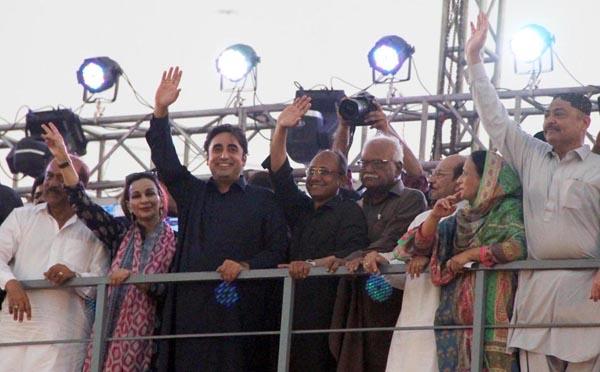 کراچی:۔ چیئرمین پی پی پی پی بلاول بھٹو اور دیگر رہنماءجلسے کے شرکاءکے نعروں کا ہاتھ اٹھا کر جوا ب دے رہے ہیں
