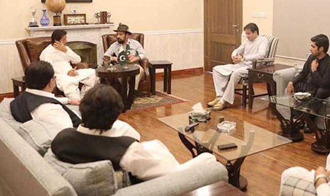 اسلام آباد:  پاکستان تحریک انصاف میں شمولیت اختیار کرنے والے اراکین صوبائی اسمبلی کا پارٹی چیئرمین عمران خان کیساتھ ملاقات کا منظر