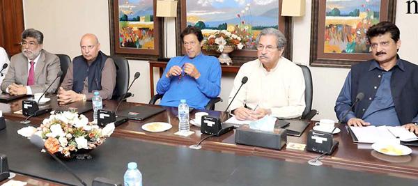 اسلام آباد:۔ چیئرمین پاکستان تحریک انصاف عمران خان پی ٹی آئی میڈیا اسٹریٹجی اجلاس کی صدارت کررہے ہیں