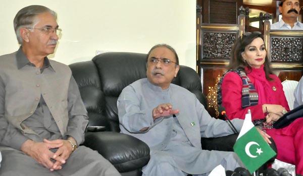 اسلام آباد:۔ پاکستان پیپلزپارٹی کے شریک چیئرمین آصف علی زرداری پریس کانفرنس کرہے ہیں، شیر ی رحمن اور نیئر بخاری بھی ہمراہ ہیں