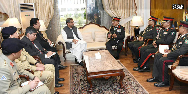 اسلام آباد:۔ نیپال کے آرمی چیف جنرل راجیندرا اپنے وفد کے ہمراہ وزیر اعظم شاہد خاقان عباسی سے ملاقات کر رہے ہیں