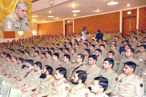 کوئٹہ:۔ آرمی چیف جنرل قمر جاوید باجوہ کمانڈ اینڈ سٹاف کالج میں نوجوان افسران سے خطاب کر رہے ہیں