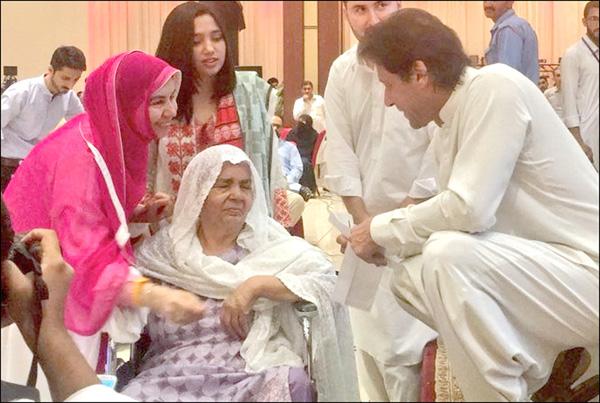 پشاور:۔ چیئرمین پی ٹی آئی عمران خان شوکت خانم ہسپتال کی فنڈریزنگ تقریب میں شریک ایک معمر خاتون سے محو گفتگو ہیں