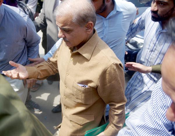لاہور:۔ سابق وزیر اعلیٰ پنجاب شہباز شریف سپریم کورٹ رجسٹری لاہور میں پیشی کیلئے آ رہے ہیں
