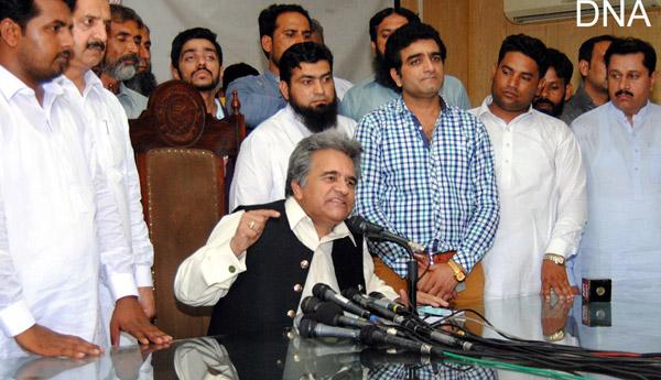 لاہور۔ ن لیگ کو خیرباد کہنے والے سابق صوبائی وزیر چوہدری غفور پریس کانفرنس کر رہے ہیں