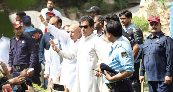 اسلام آباد:۔ چیئرمین پاکستان تحریک انصاف عمران خان اپنی رہائش گاہ کے باہر کارکنوں سے خطاب کر رہے ہیں