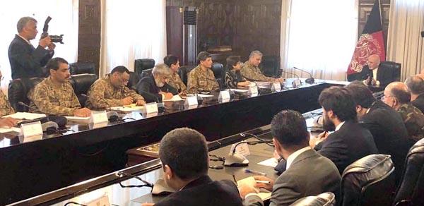 کابل:۔ چیف آف آرمی سٹاف جنرل قمر جاوید باجوہ اور افغان صدر اشرف غنی کے درمیان ملاقات کا منظر