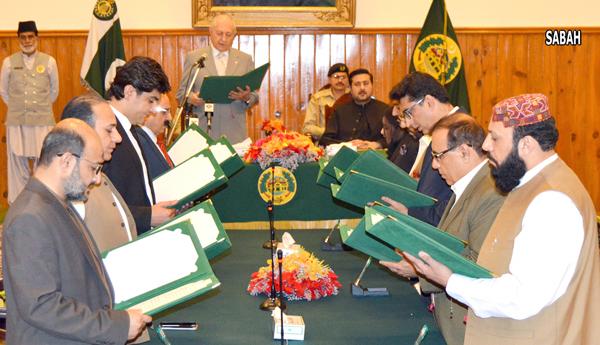 کوئٹہ:۔ گورنر بلوچستان محمد خان اچکرزئی نو منتخب نگران کابینہ کے اراکین سے حلف لے رہے ہیں