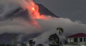 انڈونیشیا میں آتش فشاں پھٹ پڑا، ہزاروں افراد پھنس گئے