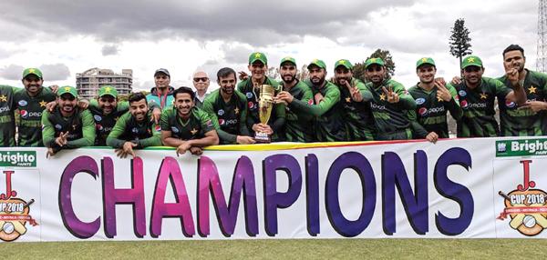 ہرارے: سہ فریقی ٹی ٹوئنٹی کرکٹ سیریز جیتنے کے بعد پاکستانی ٹیم کے کھلاڑیوں کا ٹرافی کے ہمراہ گروپ فوٹو