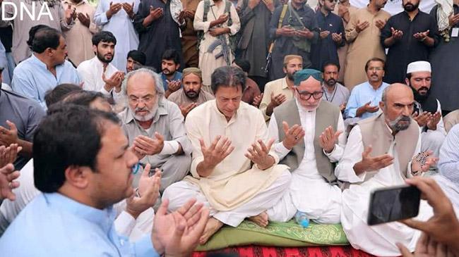 مستونگ:۔ چیئرمین پی ٹی آئی عمران خان بم دھماکے میں شہید ہونیوالے سراج رئیسانی کے ایصال ثواب کیلئے فاتحہ خوانی کر رہے ہیں