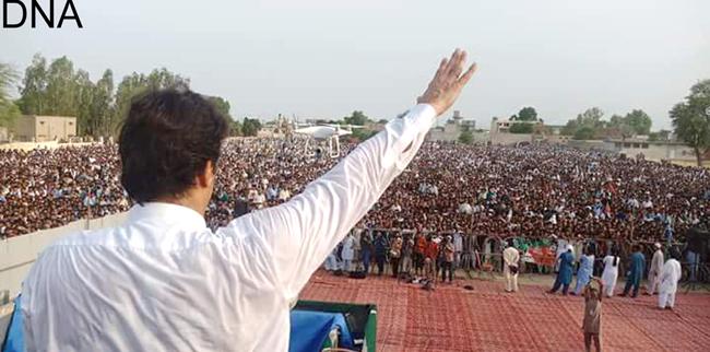 میانوالی:۔ پاکستان تحریک انصاف کے سربراہ عمران خان ایک بڑے انتخابی جلسے سے خطاب کر رہے ہیں