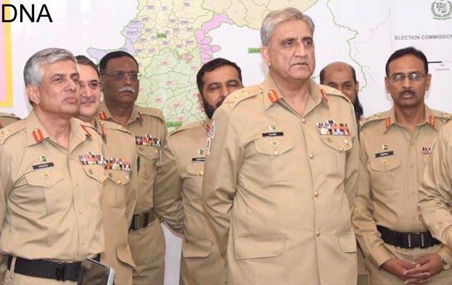 راولپنڈی:۔ چیف آف آرمی اسٹاف جنرل قمر جاوید باجوہ کو آرمی الیکشن سپورٹ سینٹر کے دورے کے دوران بریفنگ دی جا رہی ہے