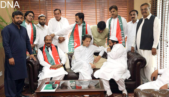 اسلا م آباد:۔آزاد امیدوار پیر سیرالحسن اور راجہ صغیر کی پی ٹی آئی میں شمولیت کے موقع پر چیئرمین عمران خان کے ہمراہ فوٹو