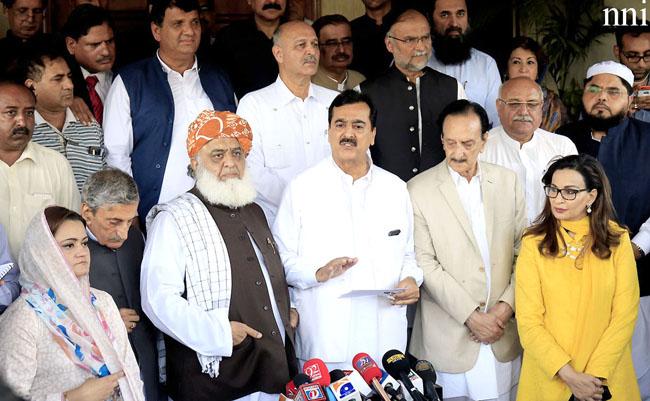 اسلام آباد:۔ اپوزیشن جماعتوں کے رہنماء مشترکہ پریس کانفرنس کر رہے ہیں