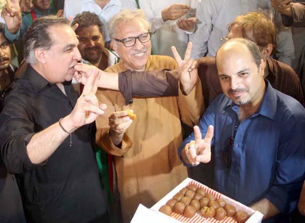 کراچی:۔ ایون فیلڈ فیصلے کے بعد پاکستان تحریک انصاف کے رہنما عارف علوی ، عمران اسماعیل و دیگر خوشی کا اظہار کر رہے ہیں