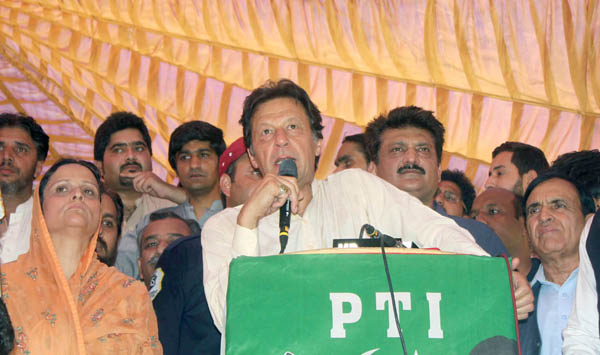 اسلام آباد:۔ پاکستان تحر یک انصاف کے سربراہ عمران خان ن لیگی خاتون رہنما فرحانہ قمر کی پارٹی میں شمولیت کے موقع پر تقریب سے خطاب کر رہے ہیں