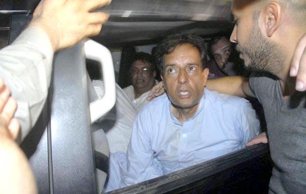 اسلام آباد:۔حواس باختہ مفرور مجرم کیپٹن (ر)صفدر کی نیب کے ہاتھوں گرفتاری کے بعد کی ایک جھلک