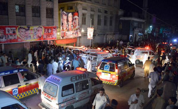 پشاور:۔اے این پی کی کارنرمیٹنگ کے دو ران ہونیوالے خود کش دھماکے میں شہید اور زخمی ہونیوالوں کو جائے وقوعہ سے ہسپتال منتقل کیا جا رہا ہے