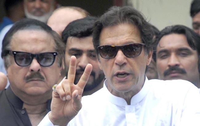 اسلام آباد:۔ چیئرمین پی ٹی آئی عمران خان اپنا ووٹ کاسٹ کرنے کے بعد وکٹری کا نشان بنائے ہوئے ہیں