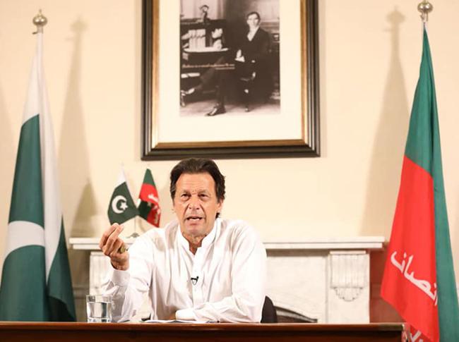 اسلا م آباد:۔ پاکستان تحریک انصاف کے سربراہ عمران خان وکٹری سپیچ کر رہے ہیں