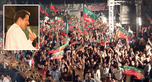 لاہور:۔ پاکستان تحریک انصاف کے سربراہ عمران خان بڑے انتخابی جلسے سے خطاب کر رہے ہیں