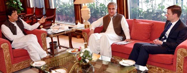 اسلام آباد:۔ وزیر اعظم عمران خان سے امریکی سفیر ڈیوڈ ہیل ملاقات کر رہے ہیں ، وزیر خارجہ شاہ محمود قریشی بھی موجود ہیں