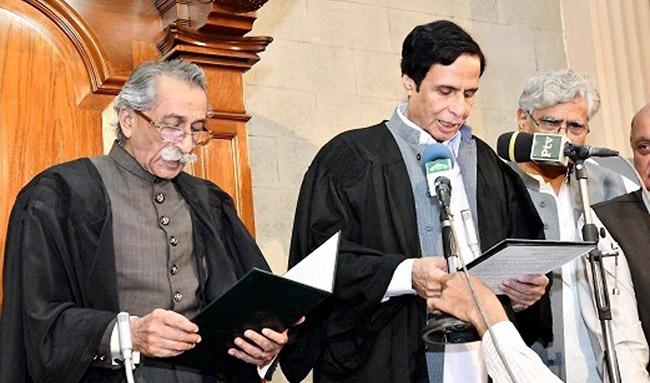 لاہور:۔ نو منتخب سپیکر پنجاب اسمبلی چوہدری پرویز الٰہی اپنے عہدے کا حلف اٹھا رہے ہیں