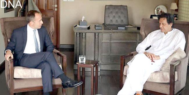 اسلام آباد:۔ برطانوی ہائی کمشنر تھامس ڈریو چیئرمین پاکستان تحریک انصاف عمران خان سے ملاقات کر رہے ہیں