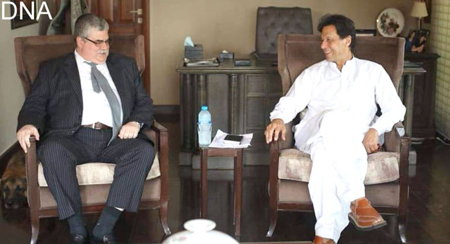 اسلام آباد:۔ روسی کے سفیر الیگزی ڈیڈوف چیئرمین پاکستان تحریک انصاف عمران خان سے ملاقات کر رہے یں