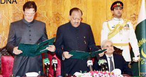 وزیر اعظم عمران خان نے حلف اٹھا لیا:20رکنی وفاقی کابینہ کل حلف اٹھائے گی