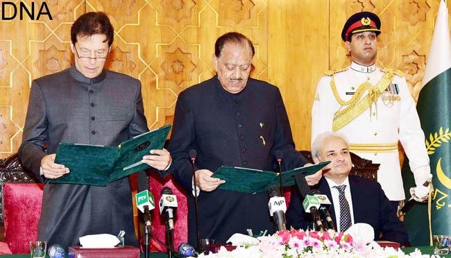 اسلام آباد:۔ صدر ممنون حسین نو منتخب وزیر اعظم عمران خان سے عہدے کا حلف لے رہے ہیں