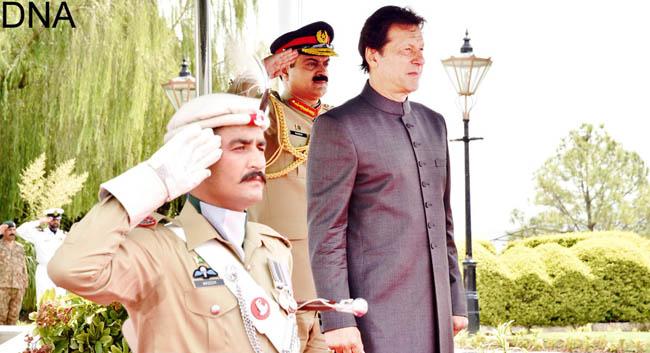 اسلام آباد:۔ وزیر اعظم عمران خان گارڈ آف آنر کا معائنہ کر رہے ہیں