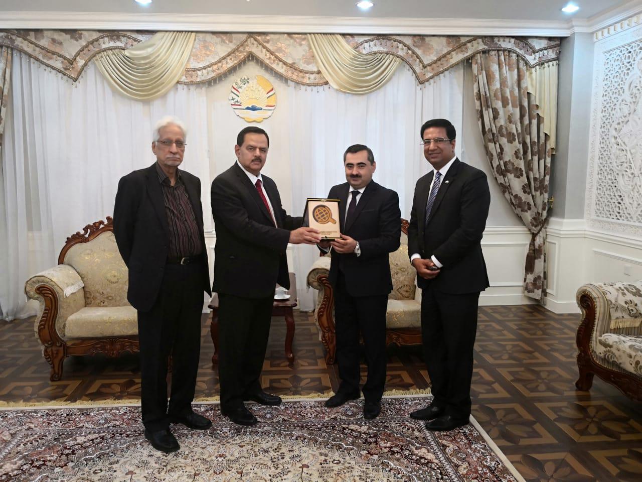 دوشنبے:۔تاجک نائب وزیر خارجہ مظفر ایم حسین زادہ کوخالد امیر جعفری یادگاری شیلڈ پیش کر رہے ہیں