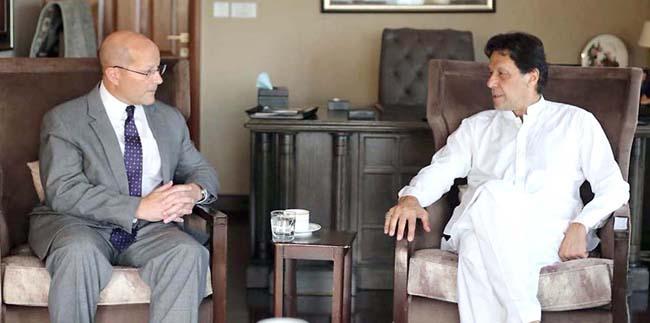 اسلام آباد:۔ چیئرمین پاکستان تحریک انصاف عمران خان سے قائممقام امریکی سفیر جان ایف ہوور ملاقات کر رہے ہیں