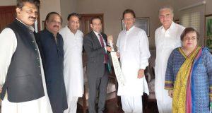 عمران خان بھارتی ہائی کمشنر ملاقات : بھارت سمیت تمام ہمسایوں کےساتھ اچھے تعلقات کے خواہاں ہےں،عمران خان