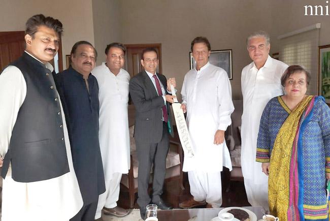 اسلام آباد:۔نامزد زیر اعظم عمران خان کو بھارتی ہائی کمشنر اجے بساریہ بھارتی کرکٹ ٹیم کے کھلاڑیوں کے دستخطوں والا بلا تحفے میں پیش کر رہے ہیں