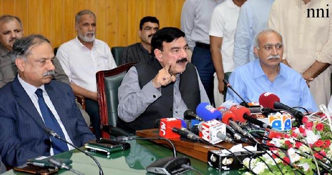 لاہور:۔ وزیر ریلوے شیخ رشید احمد میڈیا سے گفتگو کر رہے ہیں
